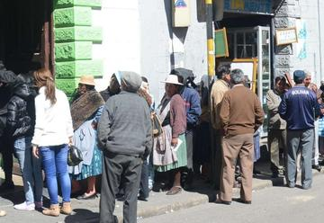 Poco a poco se regulariza el servicio de la banca local