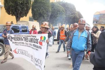 """Los mineros declaran """"guerra"""" a despidos en empresa Sinchi Wayra"""