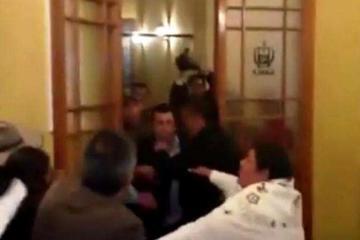 Torrico y un militante de Sol.bo se agarran a puños en la Asamblea