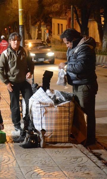 Comerciantes rompen la prohibición de asentarse