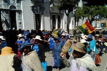 Comerciantes viajeros arman puestos de venta en pleno centro de Potosí ante negativa de autoridades