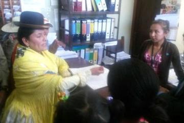 Ministra de justicia se hace pasar por litigante y recibe mal trato en juzgado de Quillacollo