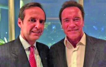 Entregan a Arnold  el Libro del Mar