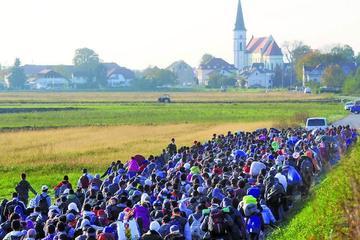Austria pone valla fronteriza para ordenar a los refugiados