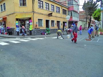 """El pintado de """"cebras"""" genera congestionamiento vehicular en el centro"""