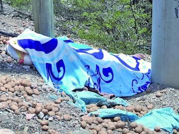 Muere menor aplastado por las cargas de papa en la carretera