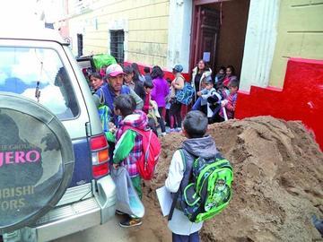 Una carga de arena impide el paso de alumnos