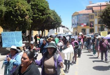 Los comerciantes de ropa usada marchan en Potosí