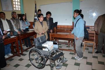 Entregan una silla de ruedas al ciclista potosino que sufrió un accidente