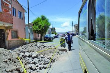 Una excavación impide el paso de la gente