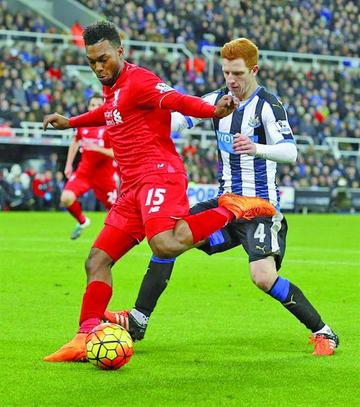 Newcastle sorprende a Liverpool en la Premier