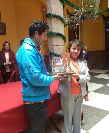 Exhiben el trofeo de Festival de Caporales