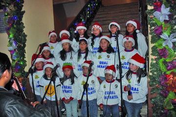 Coro interpreta música navideña