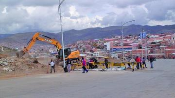 Limpian vías para el paso de camiones del rali Dakar