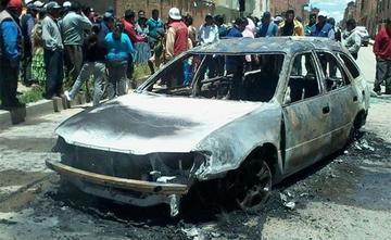 Vecinos queman el vehículo de supuestos delincuentes