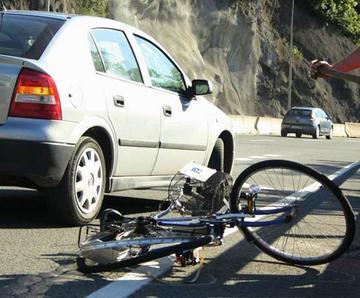 Ciclistas resultaron heridos tras ser arrollados por un coche