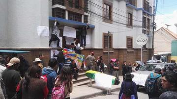 Comerciantes toman el Servicio de Impuestos en Potosí