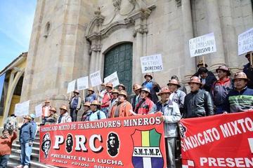 Mineros de Illapa demandan sus sueldos y se movilizan