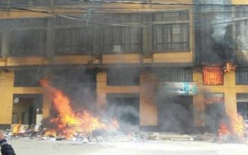 Reportan seis personas muertas por intoxicación en la quema de la Alcaldía de El Alto