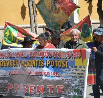 Los adultos mayores otra vez marchan en Potosí