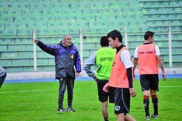 El técnico Oscar Sanz tiene dudas para armar el equipo