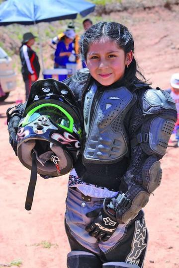 Camila Flores incursiona en el motociclismo