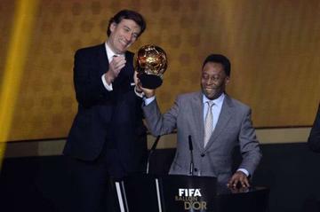 Pelé subastará sus históricos trofeos