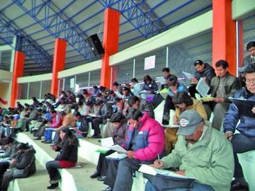 Más de 300 postulan a 76 cargos educativos y rinden su examen hoy