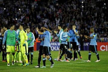 Uruguay gana y toma la punta