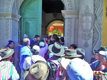 Choferes cierran vía a Villazón y amenazan con bloquear a Sucre