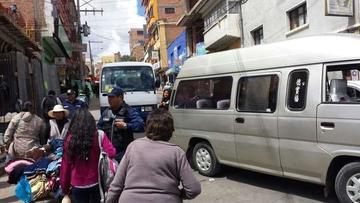 """Municipales """"limpian"""" calles del sector mercado Uyuni"""