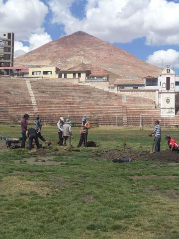 """Arreglan la cancha del estadio """"Potosí"""""""