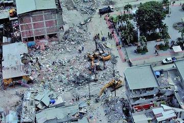 Ecuador vive 575 réplicas tras sismo que mató a más de 500