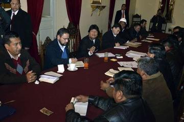 La COB y Evo Morales negocian hoy el incremento salarial 2016