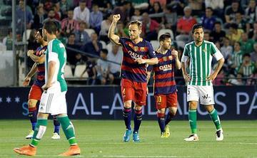 Barcelona gana a Betis y retiene el liderato sin brillantez