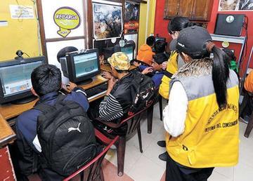Intendencia halla a alumnos que faltan a clases en centros de internet