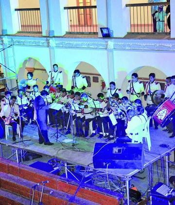 Exalumnos del Pichincha homenajean a su colegio