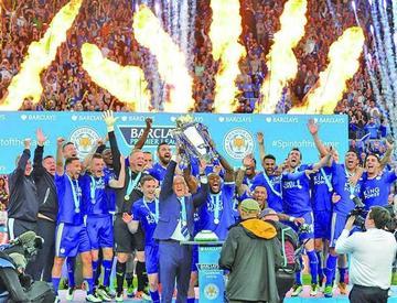 Leicester recibe el trofeo de campeón