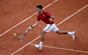 Djokovic avanza a los octavos de final de Roland Garros
