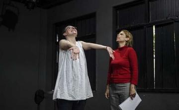 Profesora promueve el teatro en las cárceles