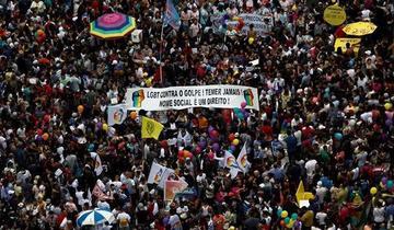 Desfile gai celebra 20 años con reivindicaciones transexuales en Brasil