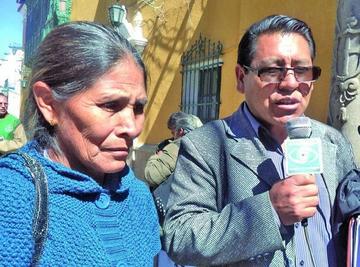 Madre desesperada busca ayuda económica en la población