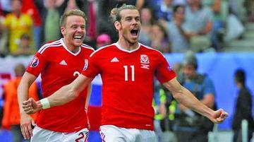 Bale y Robson Kanu firman el histórico triunfo de Gales