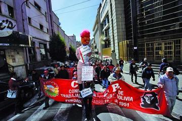 COB marcha hoy desde Caracollo a La Paz por los despidos en Enatex