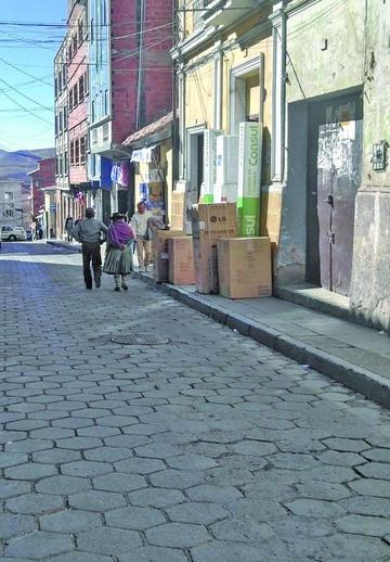 Comerciantes copan toda la acera en la calle Chayanta