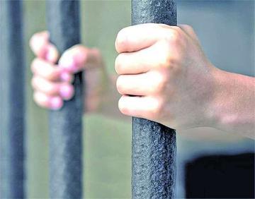Dan detención preventiva a exfuncionario que tiene título de abogado falso