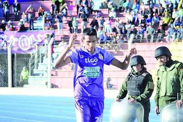 El delantero Gilbert Álvarez se aleja del cuadro de Real