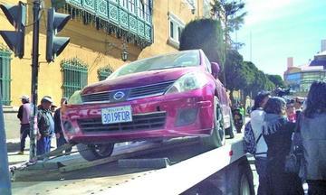 Grúa policial retira vehículo estacionado en pleno centro