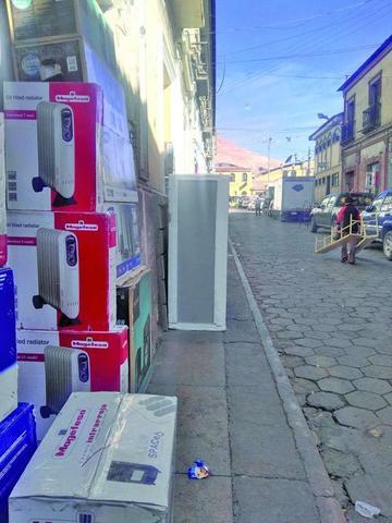 Comerciantes continúan bloqueando las aceras