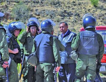 Los transportistas y policias se enfrentan por el control de vías